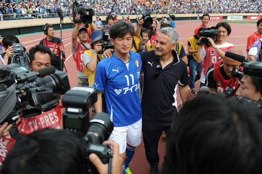Kazuyoshi Miura met voormalig Italiaans international Roberto Baggio.