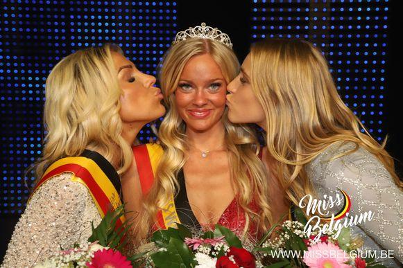 Miss West-Vlaanderen 2020 Celeste Decaesstecker krijgt een kus van haar eredames.