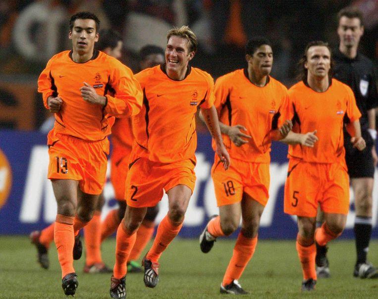 2003: Nederland-Argentinië. Ricksen naast Giovanni van Bronkhorst (links) na de 1-0. Rechts Michael Reiziger en Boudewijn Zenden (nummer 5). Beeld ANP