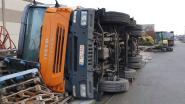 Vrachtwagen kantelt tijdens verplaatsen van betonnen panelen