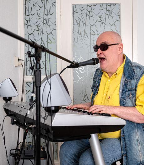 Blinde Ed geeft zes tips tegen verveling in tijden van corona: 'Deze Amersfoortse muzikant is als een levende jukebox'