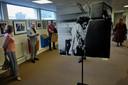 Een van de bijzondere foto's van Rob Bosboom van Hendrix in Ahoy in 1967. Wim van Zon (in het grijze pak) vertelt bezoekers over de tentoonstelling.