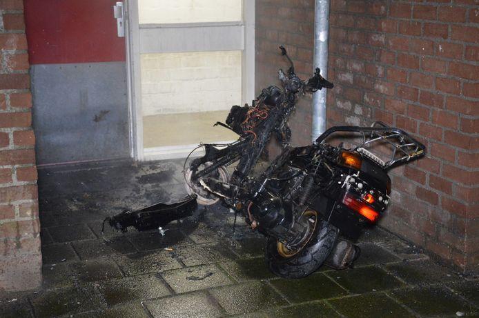 Er is weinig over van de scooter.