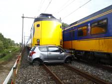 Bizarre beelden: door intercity geramde auto bij Meppel 'wachtte' op spoorbrug