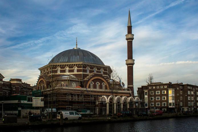 De Turkse Westermoskee, met rechts de minaret.