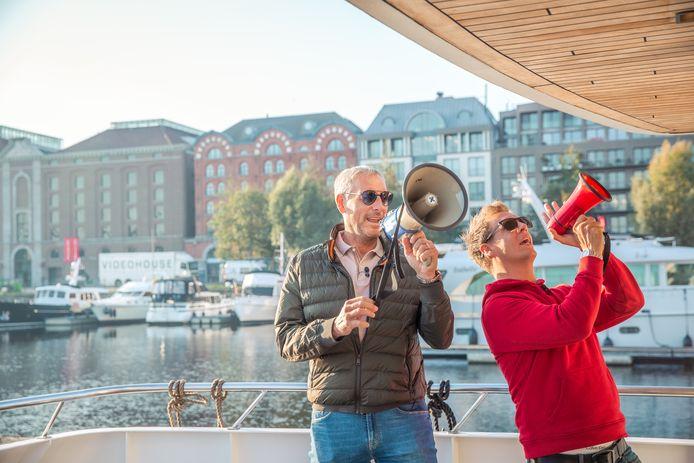 """Gert en James op het dek van de Evanna, die na drie weken in Blankenberge weer in Antwerpen ligt aangemeerd. """"Dit voelt als thuiskomen, maar zo'n uitstapje is voor herhaling vatbaar."""""""