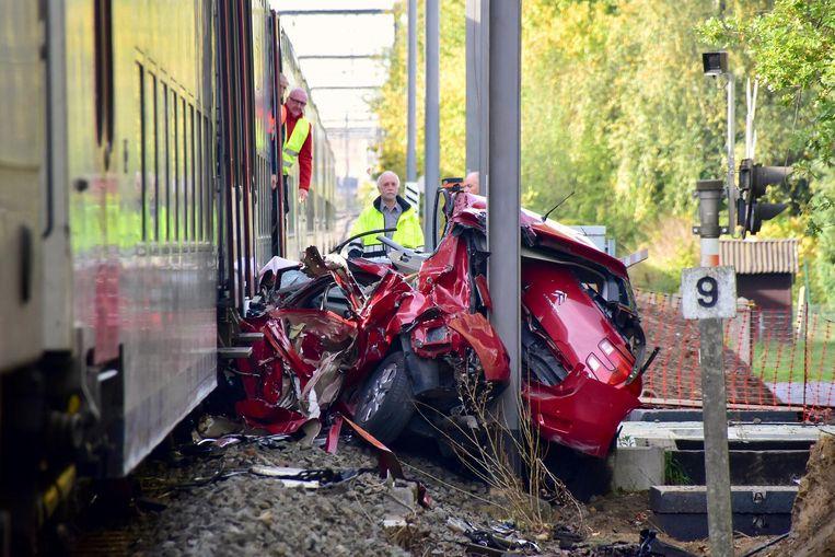 De wagen van de vrouw werd 150 meter meegesleurd door de trein en strandde tegen een paal. Als bij wonder overleefde de vrouwelijke chauffeur de verschrikkelijke klap.