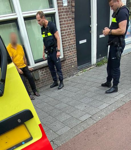 Dronken man glipt ambulance binnen en doet er zijn behoefte: 'Hij heeft alles ondergescheten'