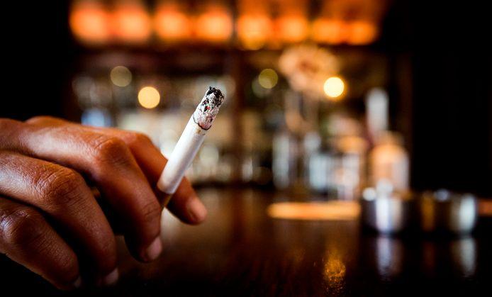 Rokers in de rookruimte van een café in Heiloo.