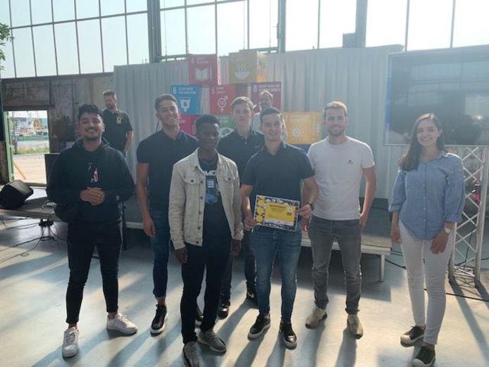 Het winnende team van de HZ dat een duurzaam kerstpakket heeft bedacht.