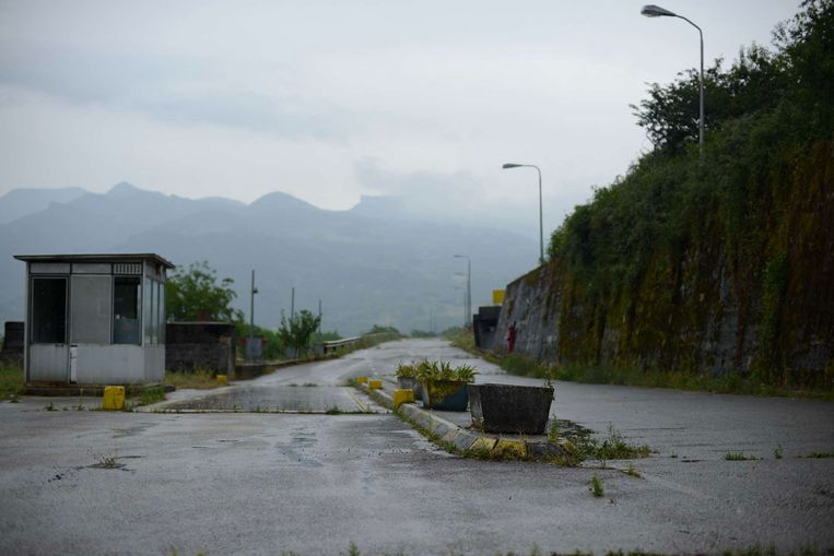 De verlaten ingang van wat ooit kamp Celebici was. Beeld Nenad Vukosavljević