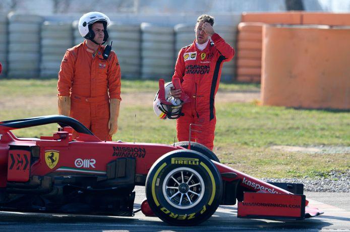 Sebastian Vettel naast zijn Ferrari, waar zojuist de motor van is afgeslagen.