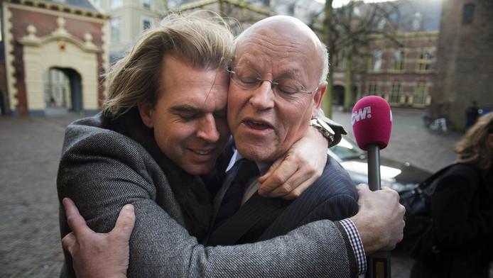 PowNed-verslaggever Rutger van Castricum (L) omhelst minister Uri Rosenthal van Buitenlandse Zaken op het Binnenhof
