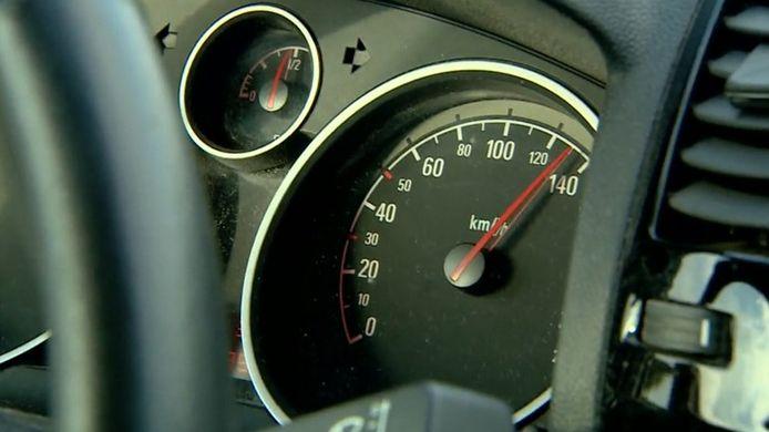 Een automobilist reed zaterdagochtend maar liefst 71 kilometer per uur te hard op de Tunnelweg in Haarle en was direct zijn rijbewijs kwijt.