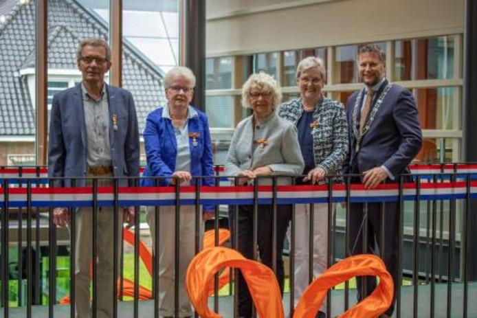 Vijf inwoners van de gemeente Raalte kregen een lintje. Van links naar rechts op de foto: A.H. Wilms uit Heino, A. Klompjan-Van Houwelingen uit Heino, A.H. van der Sligte-Oosterlaar uit Nieuw Heeten en F.J. Freriks-Hulsegge uit Raalte. Rechts op de foto: burgemeester Martijn Dadema. H.J.M. Hulsman uit Heino die ook is onderscheiden, ontbreekt op de foto.
