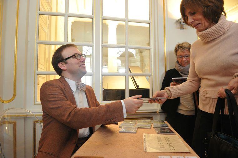 Liebrecht signeert na het concert. De oud-leerling gaf net als tien jaar geleden een pianorecital.