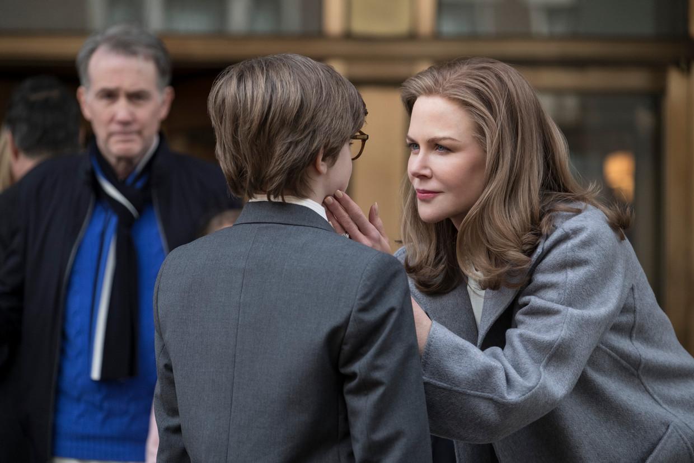De jonge Theo Decker verliest bij een aanslag op het Metropolitan Museum in New York zijn moeder en trekt in bij de rjjke familie van een schoolgenoot.