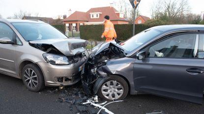 Chauffeur gewond bij frontale aanrijding op de Kruishoutemsesteenweg