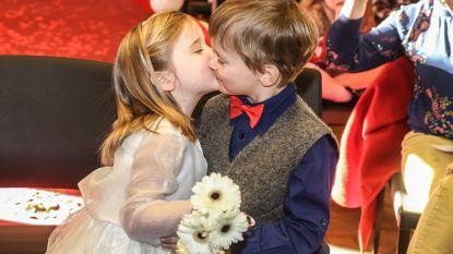 Kleuters beloven elkaar trouw en eeuwige vriendschap met dikke kus en glaasje Kidibul