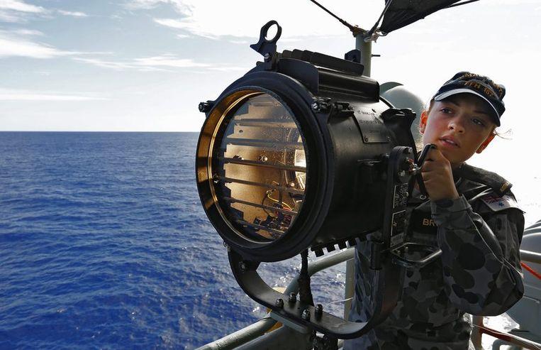De afgelopen dagen vingen diverse marineschepen in de Indische Oceaan signalen op die mogelijk afkomstig zijn van de zwarte doos van een vliegtuig. Beeld epa