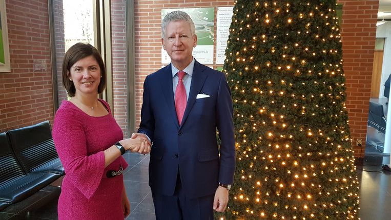 """Sofie Vermeersch schudt Pieter De Crem de hand aan de kerstboom: """"Er is nog plaats in onze herberg"""", grapt De Crem."""