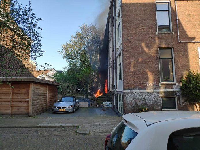 De brand vond plaats aan de achterzijde van de woning aan de Oosterlaan.