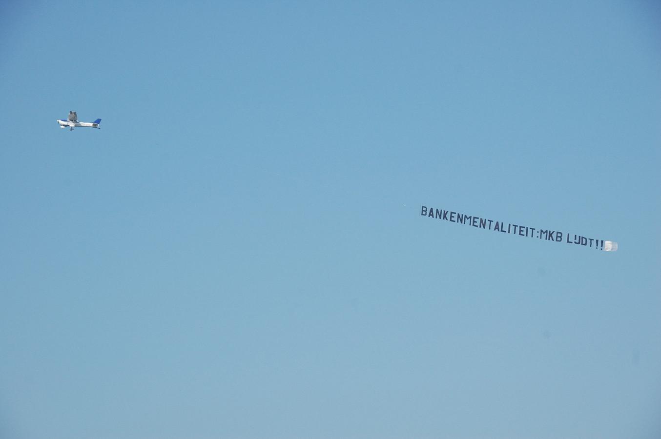 Rote >> Ondernemer protesteert met reclamevliegtuig tegen bank | Foto | AD.nl