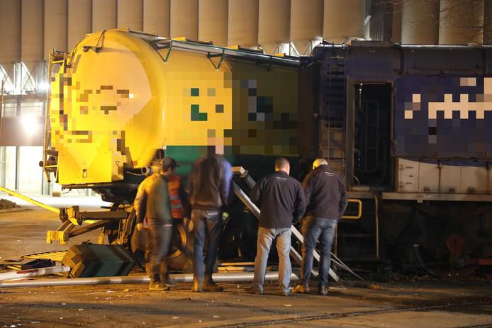 De vrachtwagen en de trein botsten op elkaar