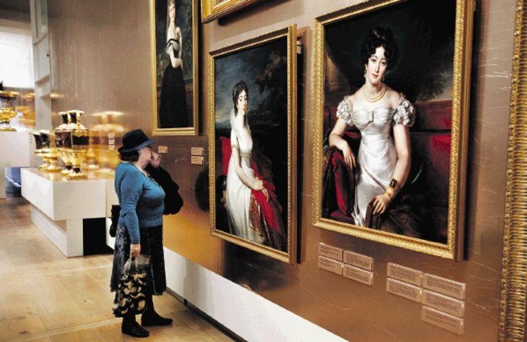 Een bezoekster van de Hermitage in Amsterdam bekijkt een van de werken van de tentoonstelling 'Aan het Russische hof'. (FOTO JÃ¿RGEN CARIS, TROUW) Beeld
