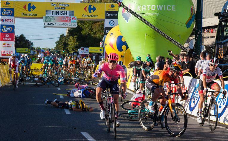 De nasleep van de massasprint in de Ronde van Polen. Renners liggen op het wegdek na een zware val. In het geel-zwart Dylan Groenewegen. Beeld BSR Agency