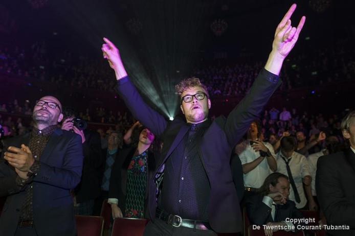 Dennis Alink gaat uit zijn dak tijdens de wereldpremière van 'Unknown Brood' tijdens het IDFA-festival in het Amsterdamse Carré-theater.