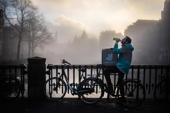 AMSTERDAM | 22/12/17 | Freelancer Rens Lieman is bezig met een boek over werken in de 'gig-economie'. Voor NRC schrijft hij voor eind december een artikel (spread) over wat hij te weten is gekomen. Zo werkt hij op het moment voor Deliveroo om meer inzicht te krijgen in het bedrijf. Foto: Joris van Gennip