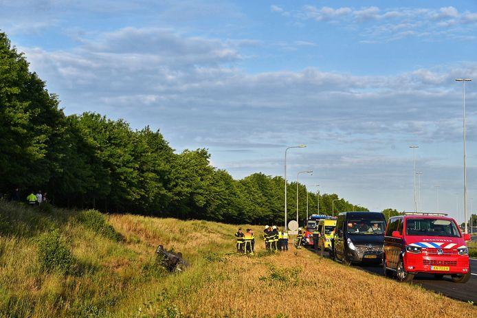 Auto in greppel beland op A58 bij Etten-Leur.