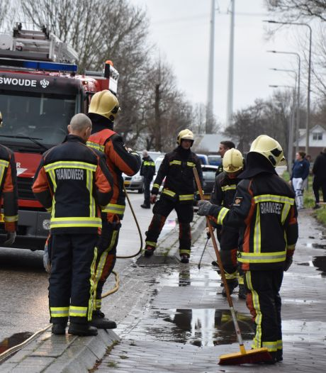 Motor van auto ontploft in Hazerswoude-Dorp: straat vol met olie