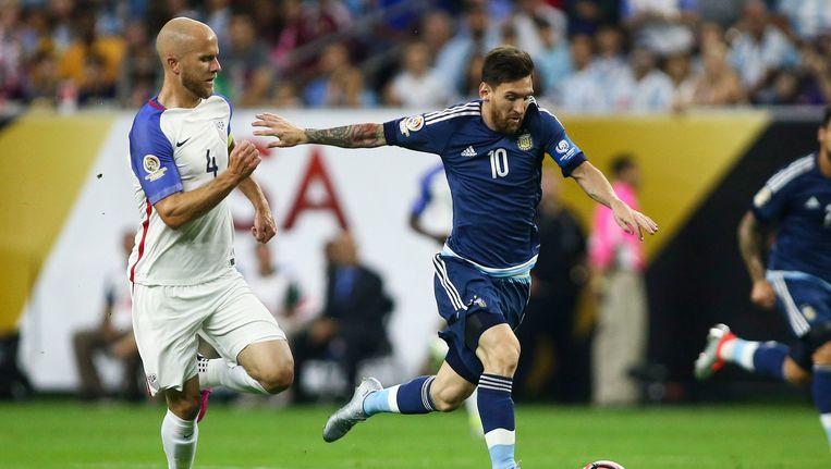 De Argentijn Lionel Messi (rechts) in duel met Micael Bradley van de VS. Beeld Photo News