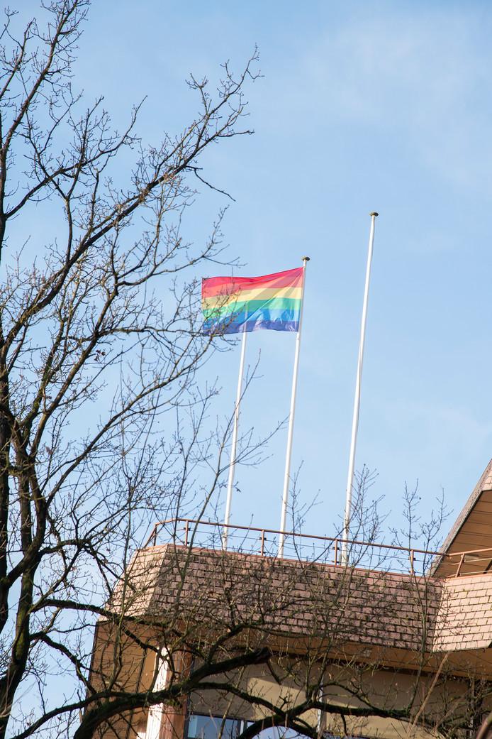 De regenboogvlag op het gemeentehuis van de gemeente Rheden in De Steeg.
