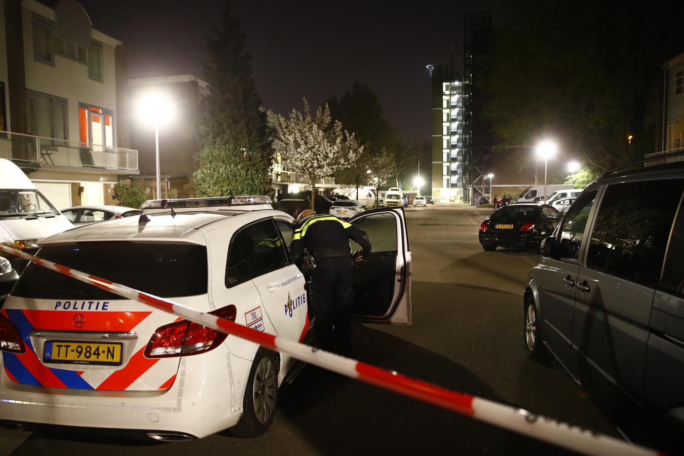 De politie zette zaterdagavond de Alm in Zwolle af nadat geprobeerd was een molotovcocktail tegen een woning te gooien. De schade bleef beperkt.