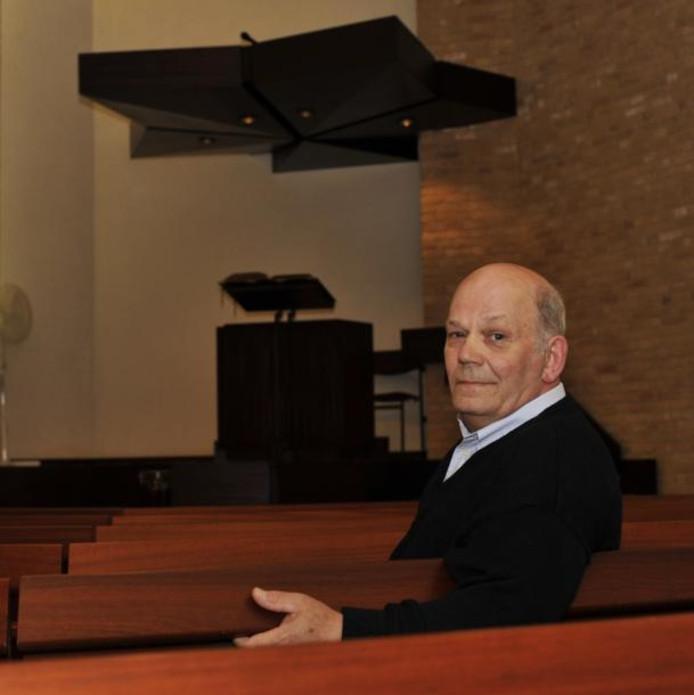 Wim Roozemond is een van de twee ouderlingen van de Maranathakerk in Dinteloord. De kerk is te klein om er een eigen predikant op na te houden, dus lezen de ouderlingen preken voor. foto's Jan van Zuilen