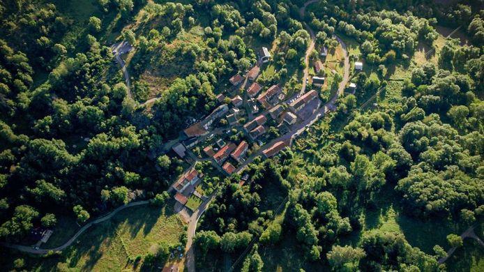 Het Franse dorpje Appy gezien vanuit de lucht.