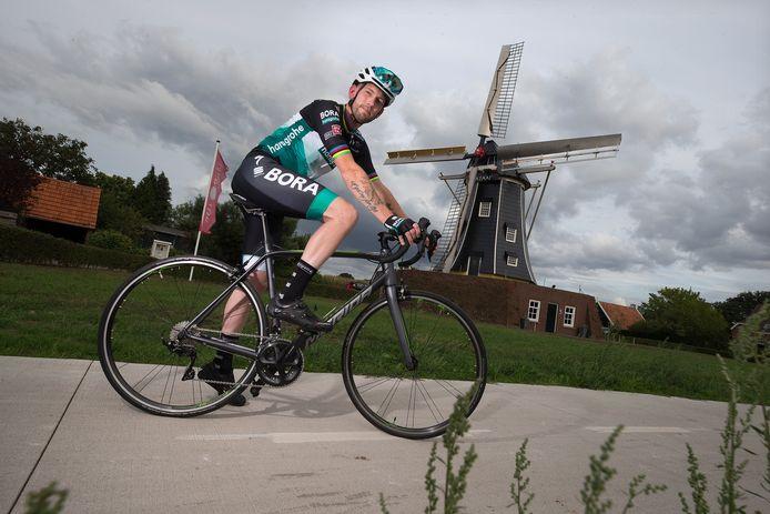 Jelle Hengeveld gaat op zondag 20 september (de laatste dag van de Tour de France) met zijn wielrenfiets 225 kilometer door de Achterhoek fietsen om geld op te halen voor de voedselbank.
