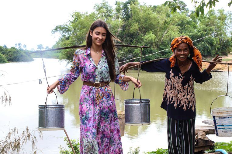 Elena begeleidde de vrouwen naar de enige waterpomp, die de organisatie Miss België al een tijdje geleden installeerde aan het schoolgebouw.
