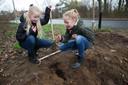 De meiden hebben een pier gevonden tijdens het graven en planten.
