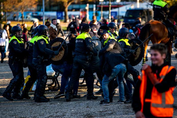 De politie voert bij het Malieveld een charge uit tegen een groep die deelnam aan het bouwersprotest Grond in Verzet.