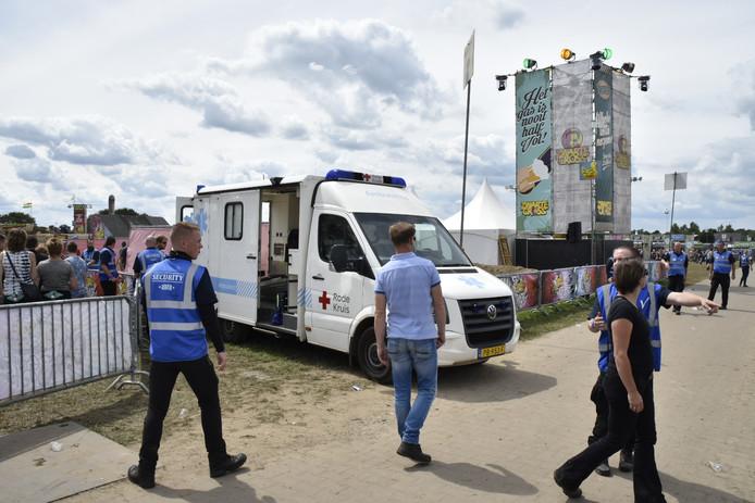 Het slachtoffer is in een ambulance van het Rode Kruis naar het ziekenhuis gebracht.