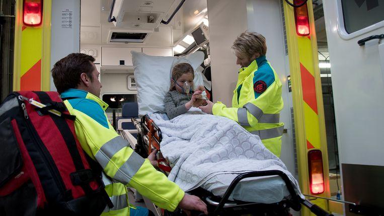 Ambulancier  Cindy Deleu kwam op het idee om beertjes te laten maken voor jonge patiënten.