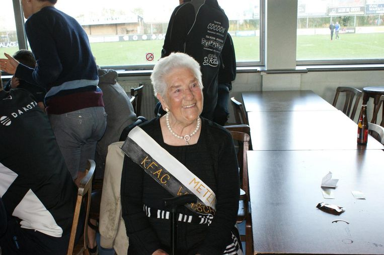 Antoinette Notte met een lint voor haar meterschap van de voetbalclub kracht bij te zetten.