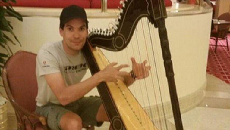 Had u dit verwacht? Gert Steegmans speelt even een stukje op een prachtige en flink uit de kluiten gewassen harp.