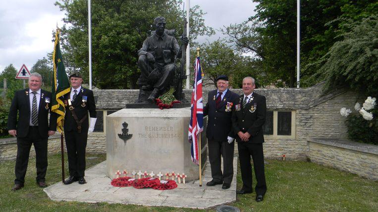 Ninovieter Sigmond Ghijssels tijdens zijn 75ste verjaardag op D-day in Normandië.  Hier samen met zijn Engelse vrienden, aan het monument in Crepon.