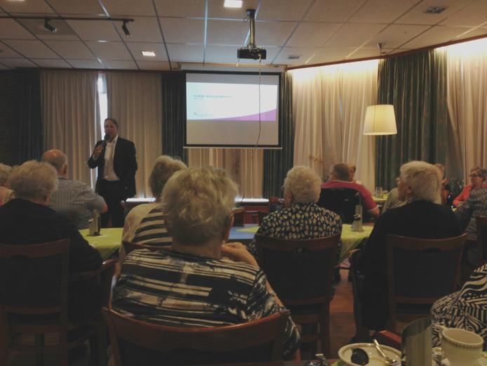 Martin van de Ruit presenteert de plannen voor Park Vossenberg in Kaatsheuvel.