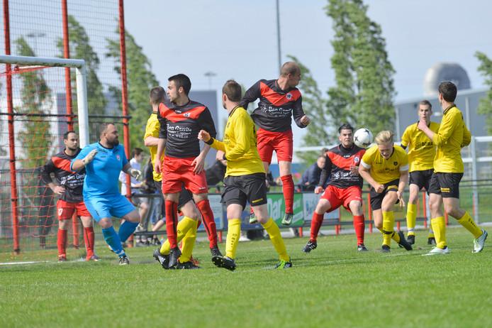 Doelman Deniz Öztürk (tweede links) van Nijmegen, vorig seizoen in de thuiswedstrijd tegen Brakkenstein. Thomas Koeslag van Brakkenstein kopt op doel.